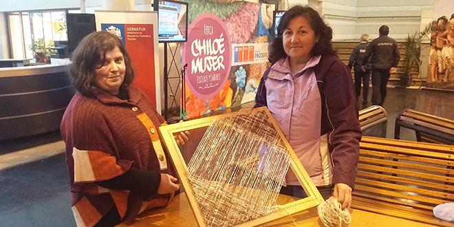 Artesanía y gastronomía chilota se lucen en Santiago