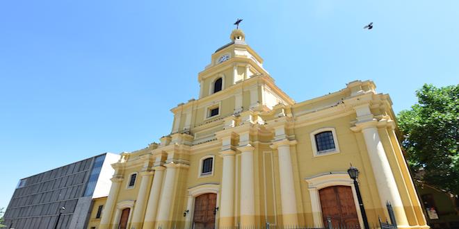 Restauran Parroquia Santa Ana, monumento histórico en Santiago