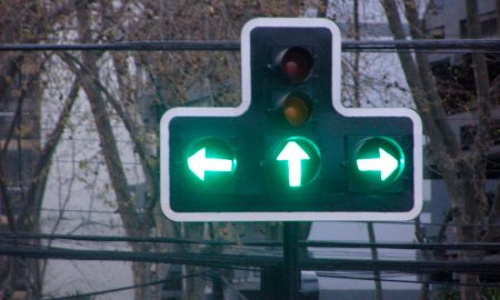 Tecnología de semáforos mejora con baterías externas y luces LED