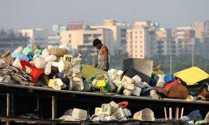 India transforma la basura en productos útiles y atractivos