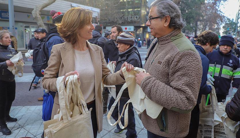 Desde hoy el comercio solo podrá entregar 2 bolsas plásticas por compra