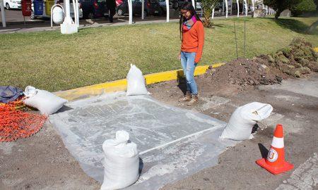 Usan neumáticos reciclados para tapar hoyos en calles de Antofagasta