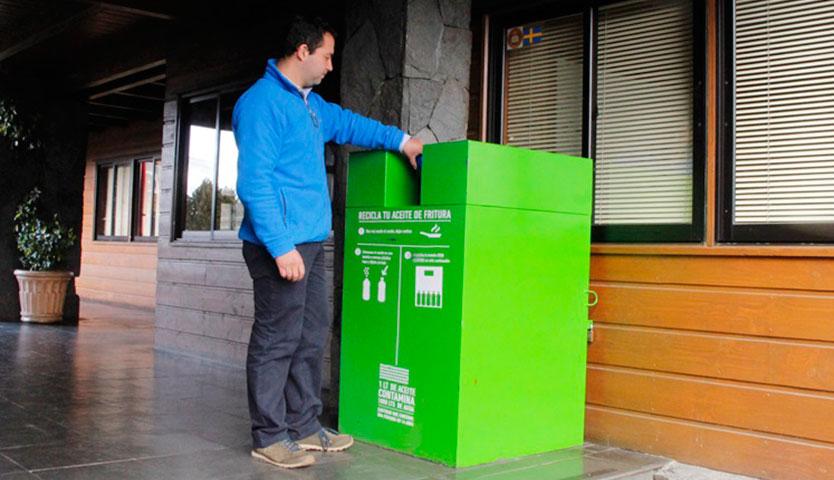 Pucón instala contenedor para acopio de aceite domiciliario