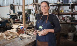 Emprendedora chilena rescata tradición de juguetes de madera