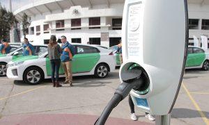 Presentan primera flota de taxis ejecutivos eléctricos del país