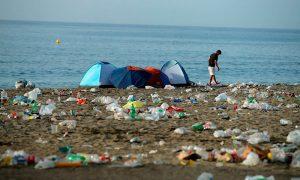 ¿A qué se arriesga la persona que bota basura en la playa?